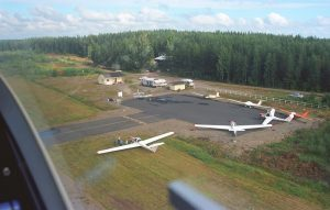 Kivijärvi Parking area during the national motorglider fly-in in the summer of 2002. Photo by Pekka Lehtinen.
