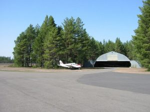 Airfield smaller hangar in May 2004. Photo by Jari Pihlajamäki.