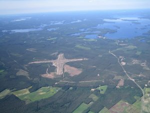 Selänpää field from the air as seen from the south-east side of 21.6.2005. On the right Vuohijärvi and the bottom of the bay Vuohijärvi village. Photo Arto Myllylä. (Click to enlarge)