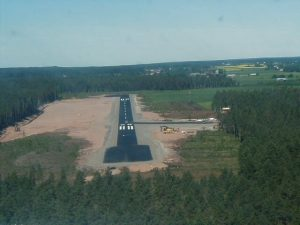 Landing on runway 28 in 2001. Photo by Matti Hohtola.